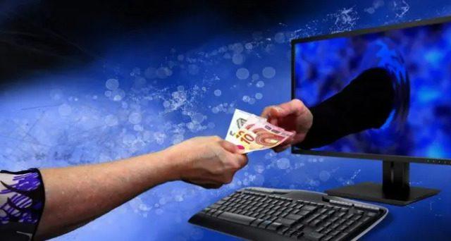 Dłoń podająca pieniądze