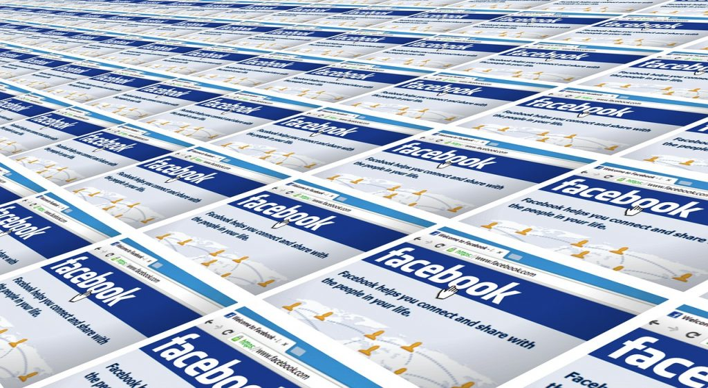 Wiele kart przeglądarek z otwartą główną stroną facebook'a