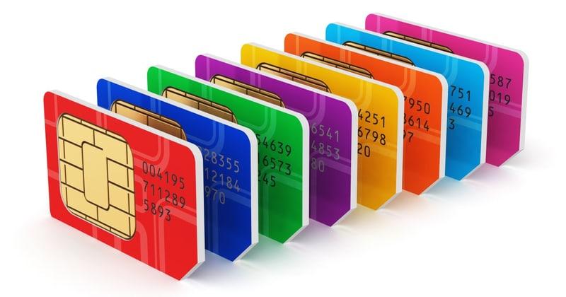Osiem kart Sim stojących jedna przy drugiej w kolorach tęczy