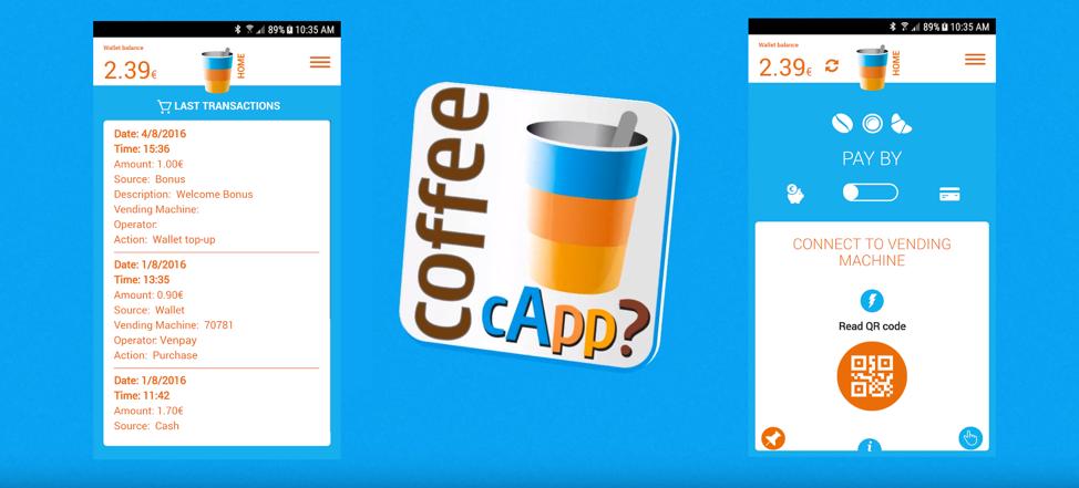 Logo aplikacji Coffee cApp pomiędzy dwoma zrzutami ekranu z tej aplikacji na jasno-niebieskim tle