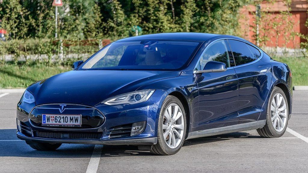Tesla model S z Austriacką tablicą rejestracją stojąca na parkingu