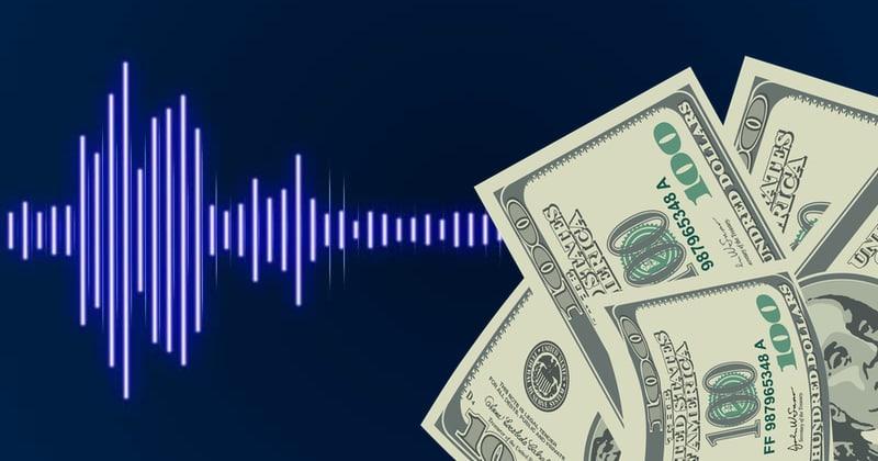 Pięć banknotów studolarowych na tle niebieskiego spektrogramu