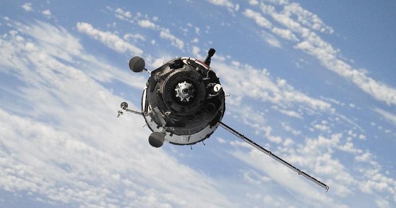 Satelita na orbicie, w oddali widać chmury