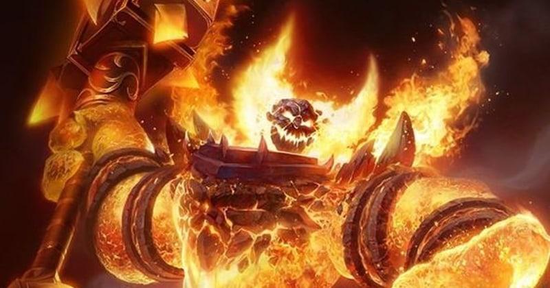 Ognisty golem z płomieniami przy głowie uformowanymi w kształt rogów, dzierżący wielki młot bojowy