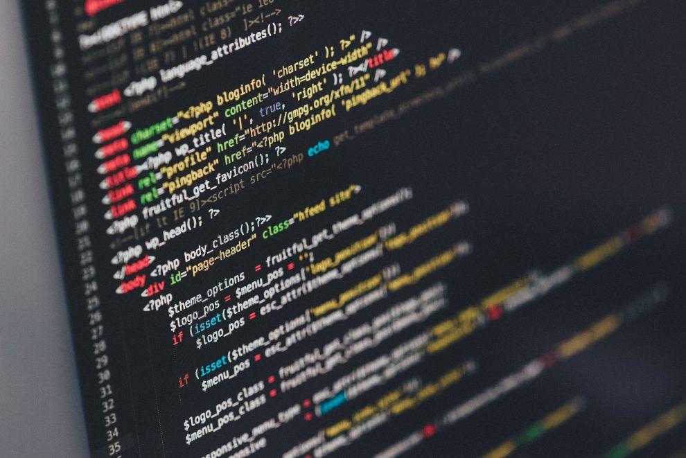 Edytor tekstowy z kodem HTML i PHP strony internetowej.