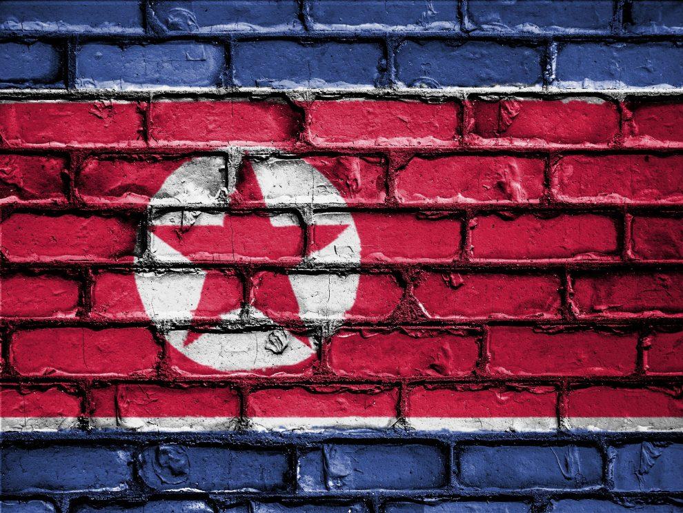 Flaga Korei Północnej namalowana na ceglanym murze