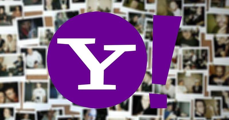 Okrągłe logo Yahoo z wykrzyknikiem na tle zdjęć z polaroida