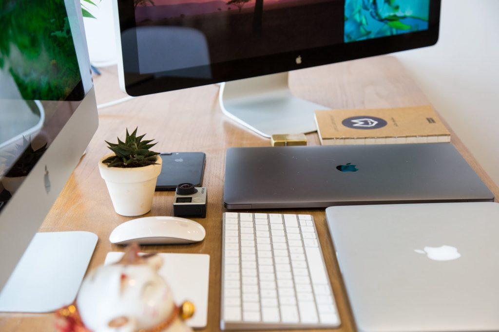 Stół z monitorem i laptopem