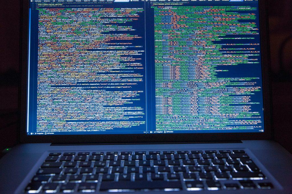 Laptop z kodem na ekranie