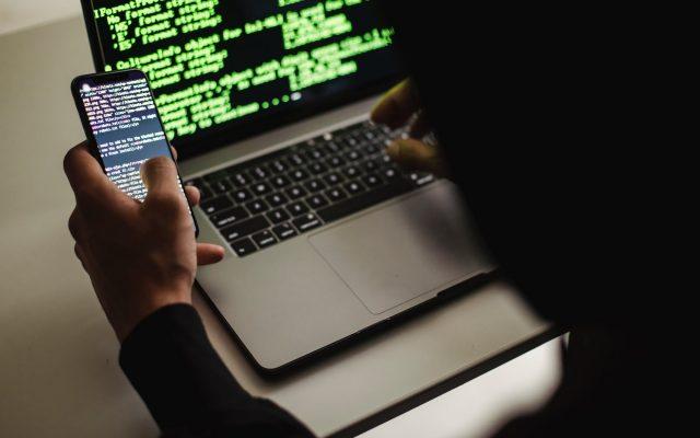 Programista przy komputerze