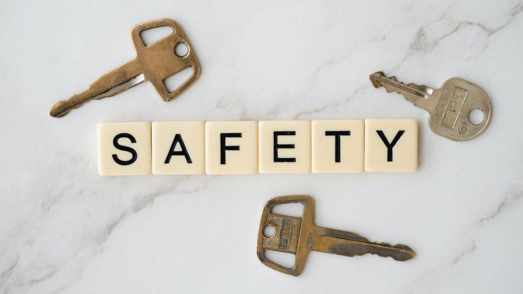 Litery układające się w napis safety