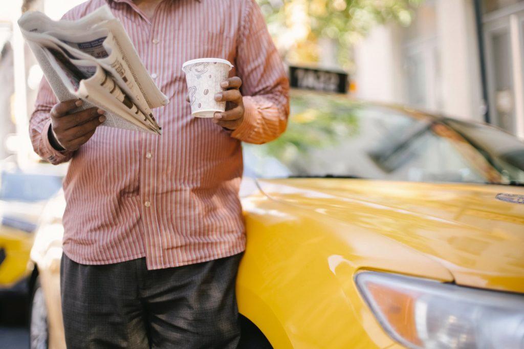 Osoba trzymająca gazetę