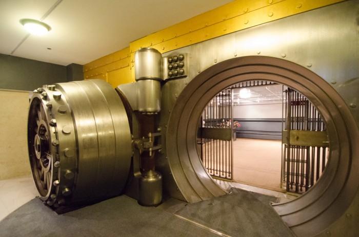 Drzwi do sejfu w banku
