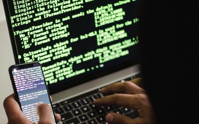 Kampania spamowa - oszust przy komputerze