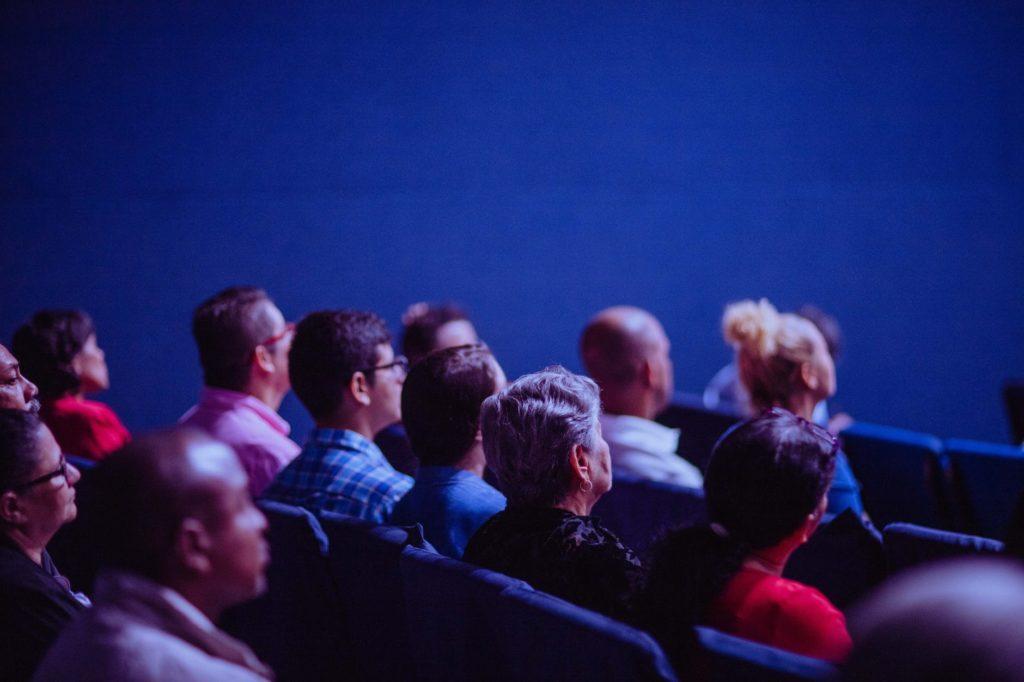 Ludzie oglądający wydarzenie