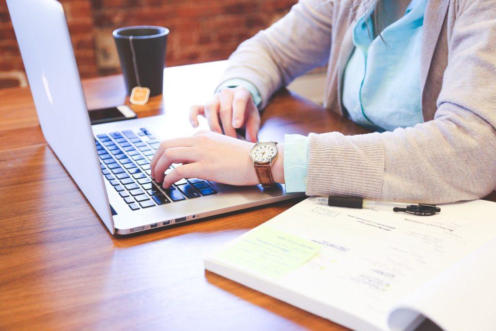 Nawyki pracowników online - praca przy komputerze