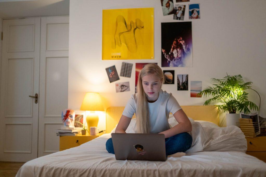 Nastolatka-przy-komputerze